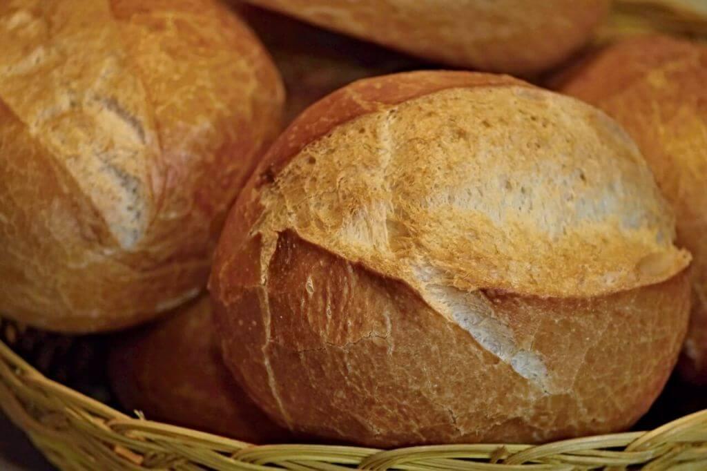 Baza pysznego śniadania - bułka pszenna, upieczona bez użycia drożdży