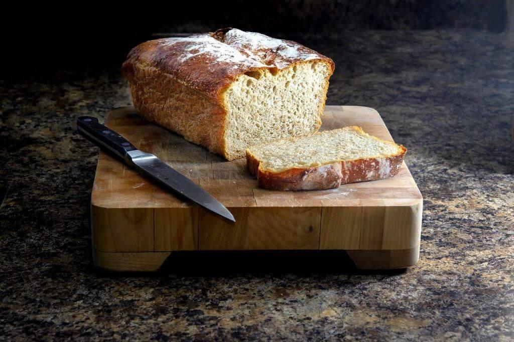 Biały chleb upieczony na suchych drożdżach