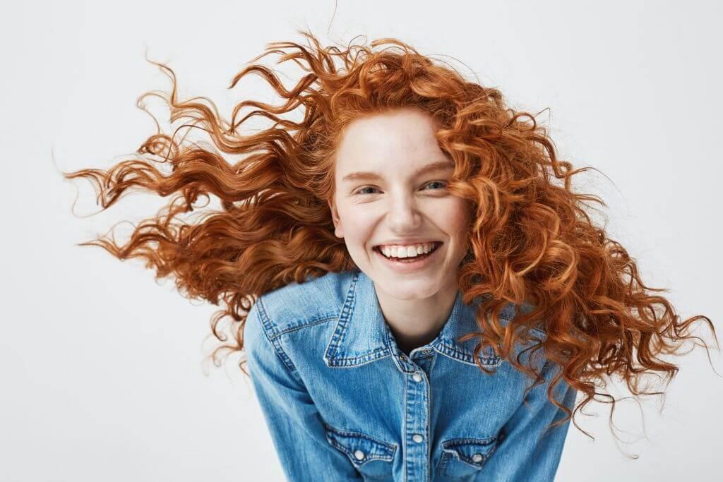 Stosowanie białej glinki w pielęgnacji włosów i skóry głowy.
