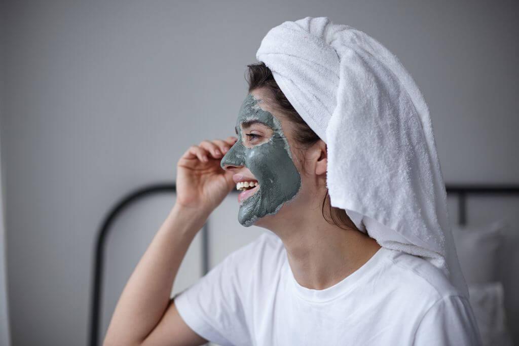 Stosowanie glinki zielonej na twarz.