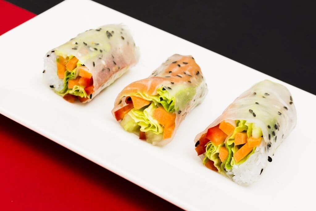 Spring rolls z warzywami na imprezę - pomysł na zdrowe przekaski