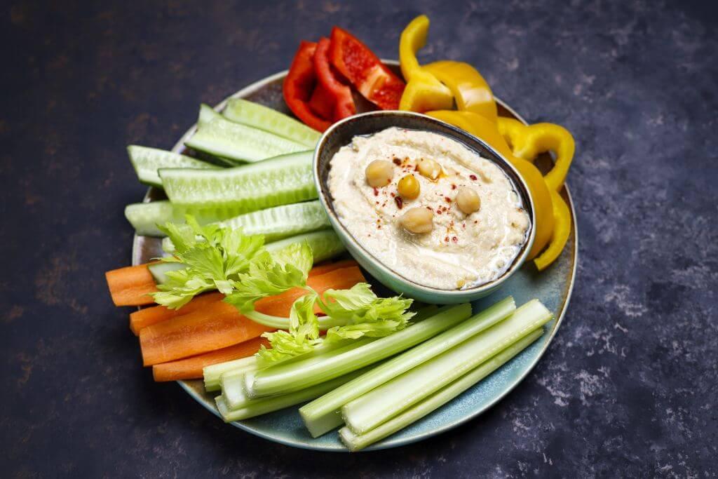 Pasta z ciecierzycy podana z warzywami - pomysł na zdrową przekąskę